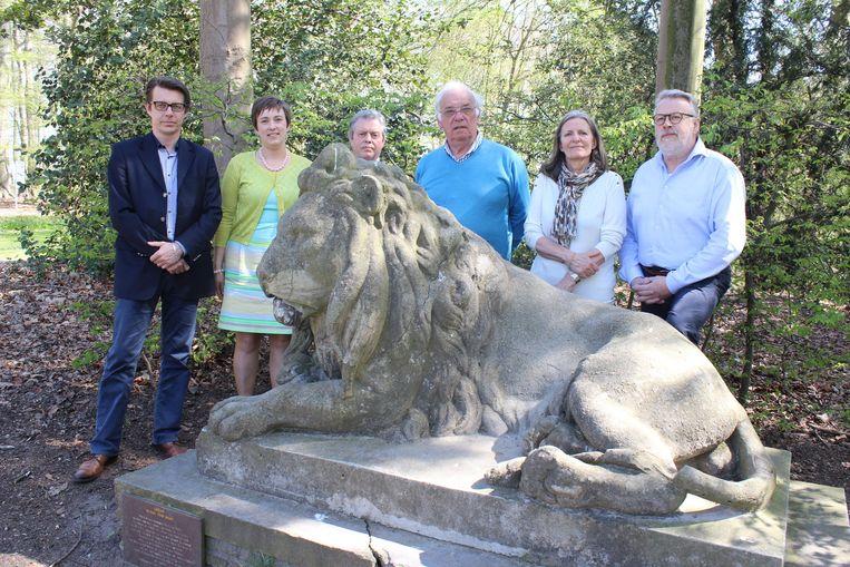 Auteur Kristof Papin (links), schepen Lieve Truymans en de beheerraad van het museum bij De Leeuw van Vlaanderen.