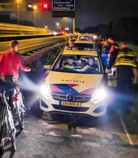 Vechtpartij op fietspad langs A15: deel snelweg afgezet en meer dan honderd jongeren naar huis gestuurd