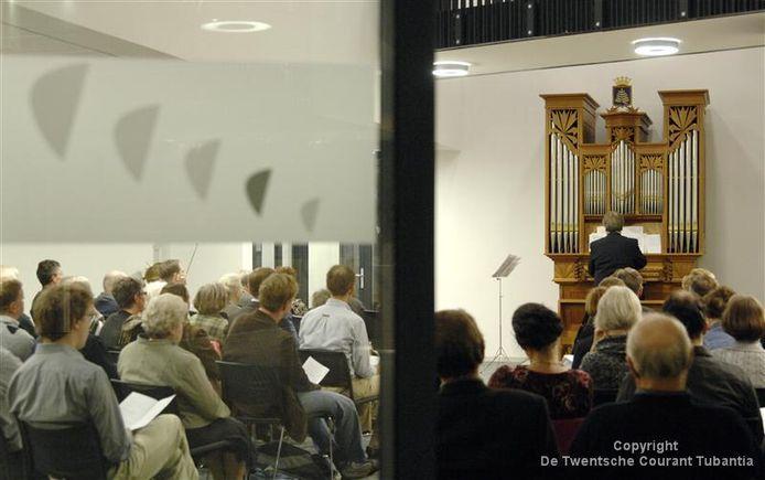 Stadsorganist Dick Sanderman bespeelt het orgel tijdens het concert dat de gemeente aan de inwoners van Rijssen-Holten aanbiedt