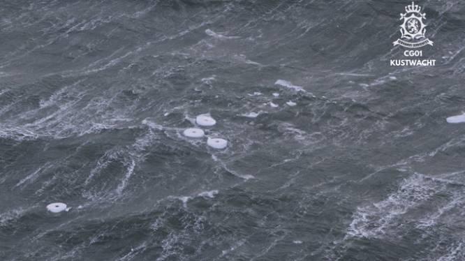 Schip verliest vijf containers boven Ameland: grote papieren rollen drijven in zee