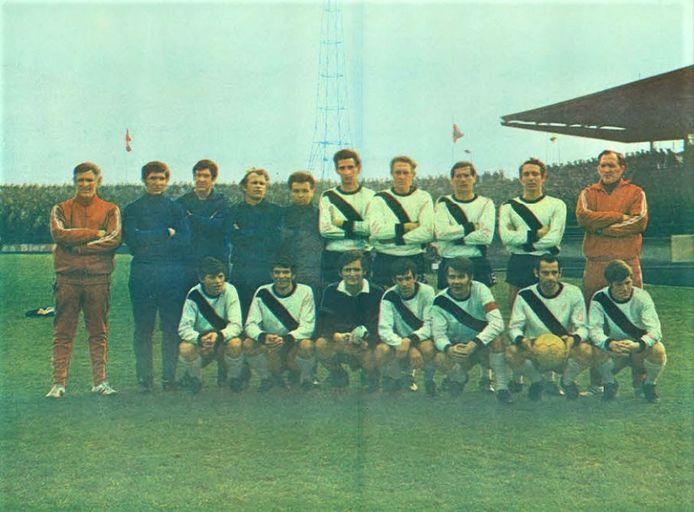 Het elftal van FC Den Bosch in het seizoen 1970/1971, met Wim Vissers (zittend uiterst links).