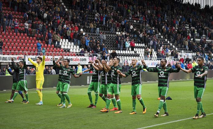 In Alkmaar werd een Feyenoordsupporter van de tribune gehaald die volgens de club met zijn vlag opzettelijk het zicht ontnam op een ander die vuurwerk afstak.