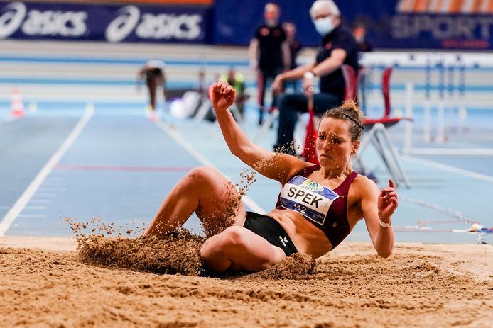 Daniëlle Spek tijdens een van haar sprongen op het NK atletiek in Apeldoorn.