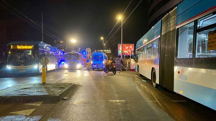 De situatie op de kruising Arbeidstraat-Velperweg in Arnhem meteen na de aanrijding van de fietser door een trolleybus.