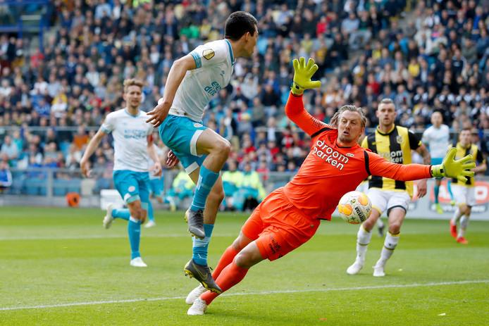 Remko Pasveer (rechts) stopt Hirving Lozano van PSV af. De doelman zit voorlopig in het gips door een blessure aan zijn pols.