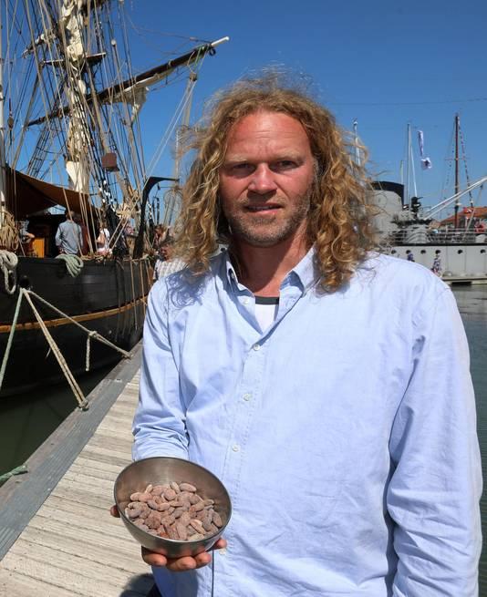 Kapitein Arjen Van der Veen met een kommetje cacaobonen.