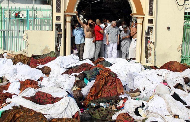 Hulpverleners en pelgrims bij tientallen slachtoffers van het drama.