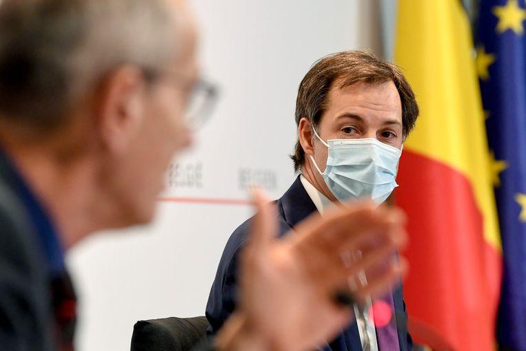 Minister van Volksgezondheid Frank Vandenbroucke (sp.a) en premier Alexander De Croo (Open Vld). Beeld EPA