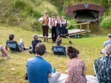 Absurdistisch stuk 'In het gras' in Ravensteins amfitheater