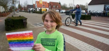 Ferre (7) voert actie voor zebrapad met regenboogkleuren in Heeswijk-Dinther: 'Want iedereen mag zijn wie die is'
