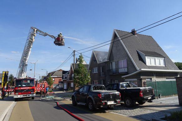 De brandweer bluste het dak van het de woning langs Tomt in Vlierzele.