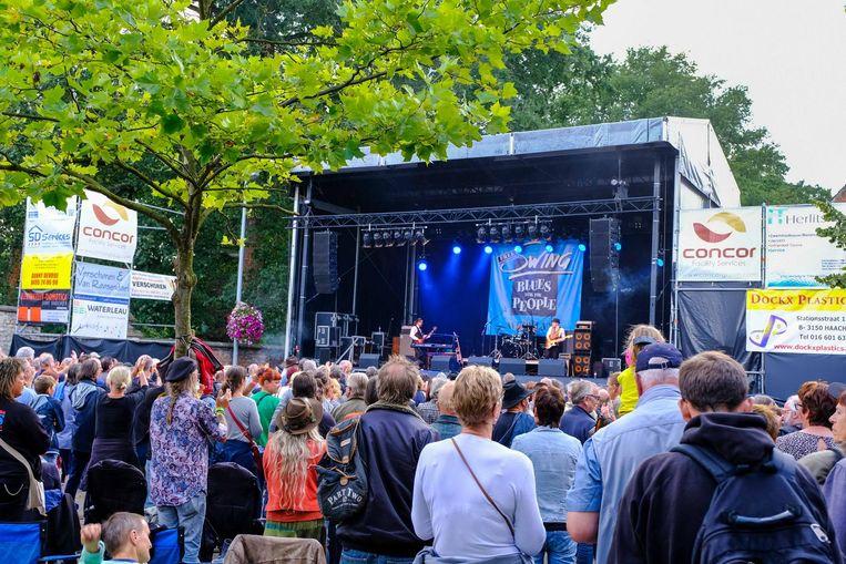 Het publiek geniet van één van de optredens. Topper op zaterdag was Kaz Hawkins uit Noord-Ierland (r.).