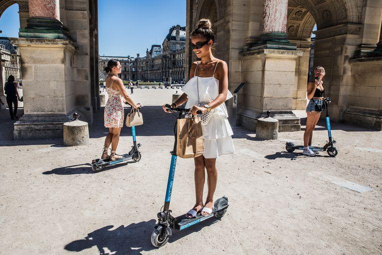 Jonge vrouwen op elektrische steps in Parijs. Beeld Aurélie Geurts