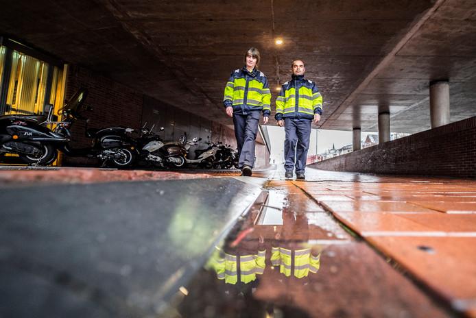"Alexandra Hünd (l) en Mehmet Bayram in het Delftse station. ,,Het mooiste is dat je mensen kan helpen."""