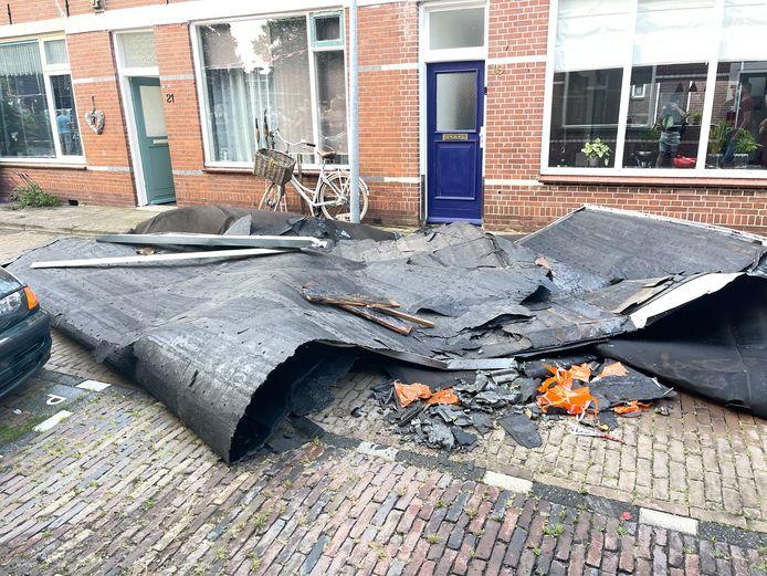 Aan de Middenstraat in Kampen waaide een dak van een woning