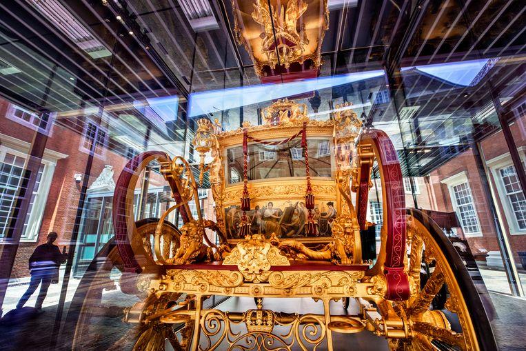 De Gouden Koets in de glazen vitrine in het Amsterdam Museum. Beeld Raymond Rutting / de Volkskrant