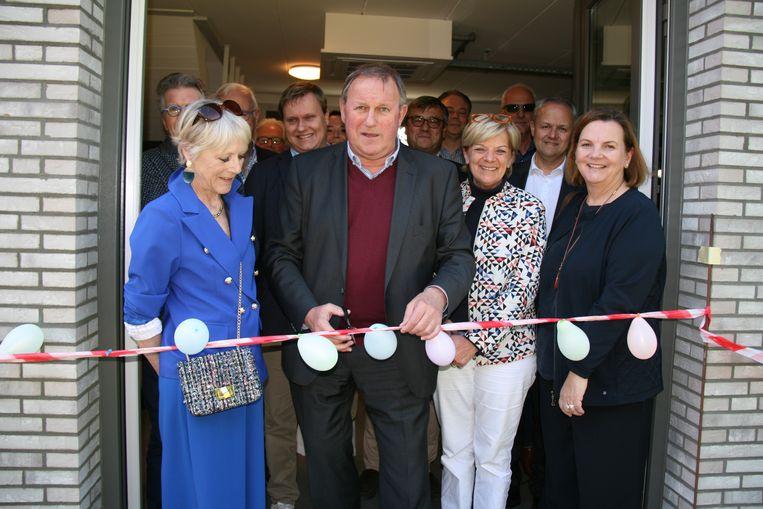 De opening van het nieuwe gebouw gebeurde met het doorknippen van het traditionele lintje