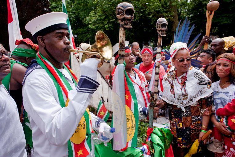 Keti Koti-viering in 2013, bij het slavernijmonument in het Amsterdamse Oosterpark. Dat jaar was het 150 jaar geleden dat de slavernij werd afgeschaft, maar veel slaafgemaakten moesten nog tot 1873 op de plantages doorwerken. Beeld Rob Huibers