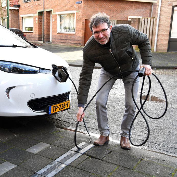 Uitvinder  Armand Hermans demonstreert zijn de kabelgoottegel in Dongen.