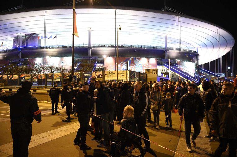 Buiten bij het stadion Stade de France dicht bij Parijs. Beeld afp