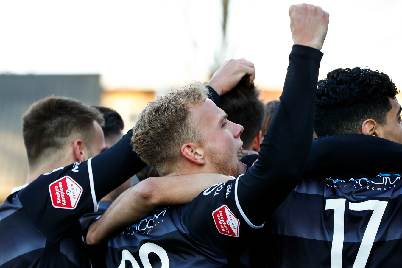 Spelers van FC Den Bosch vieren de overwinning op Telstar.