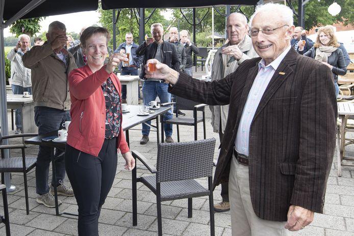EMOS-voorzitter Jeanine Bosch en Albert Lohuis op de voorgrond tijdens de toast op het terras van 'n Tip.