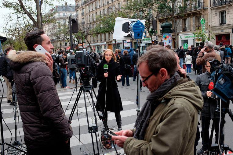 Media troepen massaal samen in Parijs, na de aanslag op de Bataclan.   Beeld PREVIEWS NIET PUBLICEREN!!!!!!