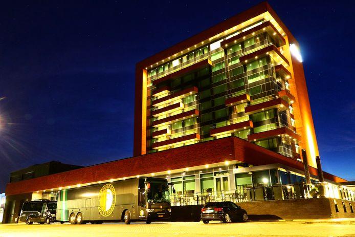 Rond 5 uur zondagochtend is er vuurwerk afgestoken op de parkeerplaats van hotel Van der Valk aan de Zuiderval in Enschede. Op dat moment lag de selectie van Feyenoord te slapen in het hotel.