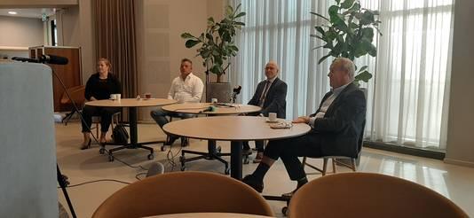 Burgemeester Kees van Rooij van Meierijstad (tweede van rechts) werd tijdens het persgesprek over de coronaregels vergezeld door regiomanager Niki Hendriks van de Koninklijke Horeca Nederland (KHN), voorzitter Robert van den Brand van de KHN-afdeling Meierijstad en wethouder Harry van Rooijen (vlnr).