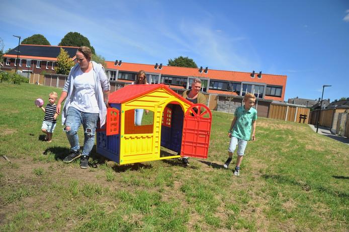 Petra Huibers uit Renkum zet zelf maar een speeltoestel neer op het binnenterrein.