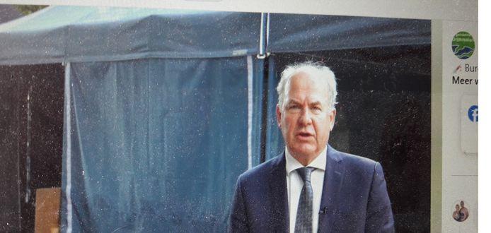 Burgemeester Gert de Kok bracht afgelopen vrijdag een bezoek aan de prikbus in Altena.