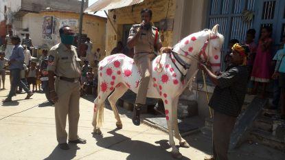 In India gaat de politie wel heel ver om de mensen te waarschuwen voor het coronavirus