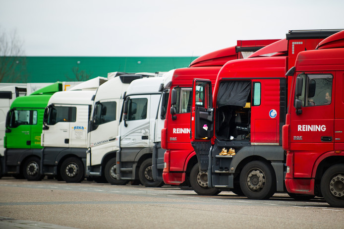 Vrachtwagenchauffeur uit met name Oost-Europa staan met Kerst stil langs de weg. Bij Hazeldonk Oost staan er veel