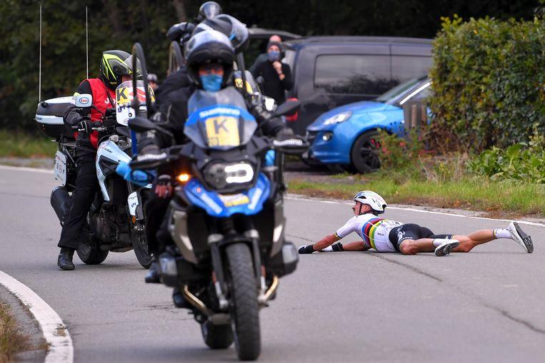 Julian Alaphilippe ligt op de grond na een aanrijding met de motard. Beeld BELGA