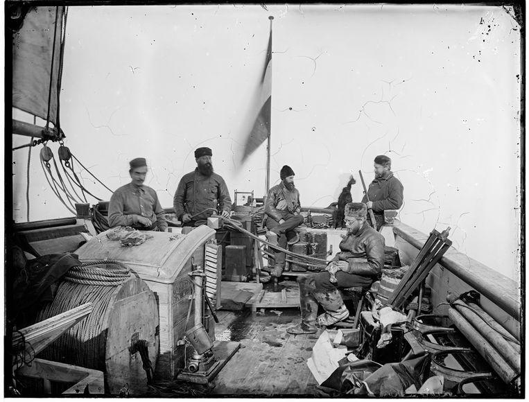 Foto van William Grant, Groep op het achterdek van de Willem Barents in de zee Benoorden Spitsbergen (1878) Beeld Het Scheepvaartmuseum Amsterdam