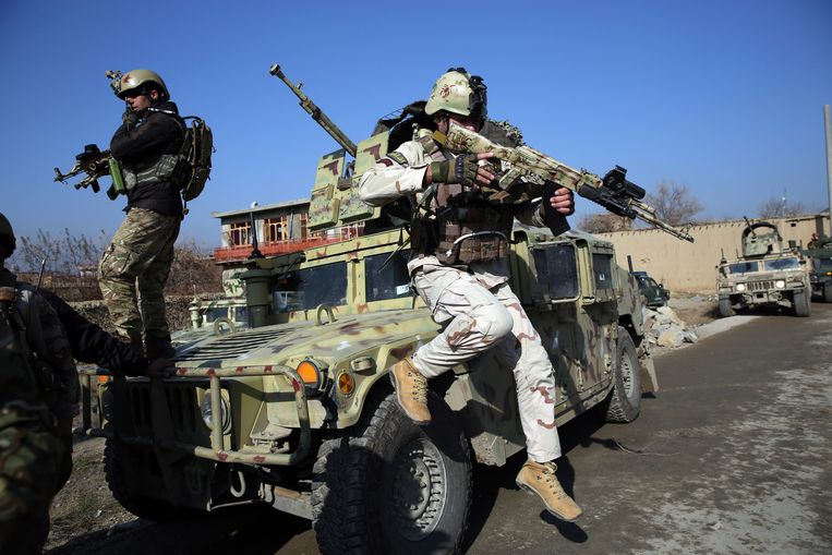 Amerikaanse soldaten arriveren in december 2019 op een plek waar zojuist een aanslag is gepleegd, nabij de luchtmachtbasis Bagram. Dat is de belangrijkste Amerikaanse basis ten noorden van de Afghaanse hoofdstad Kaboel.   Beeld AP