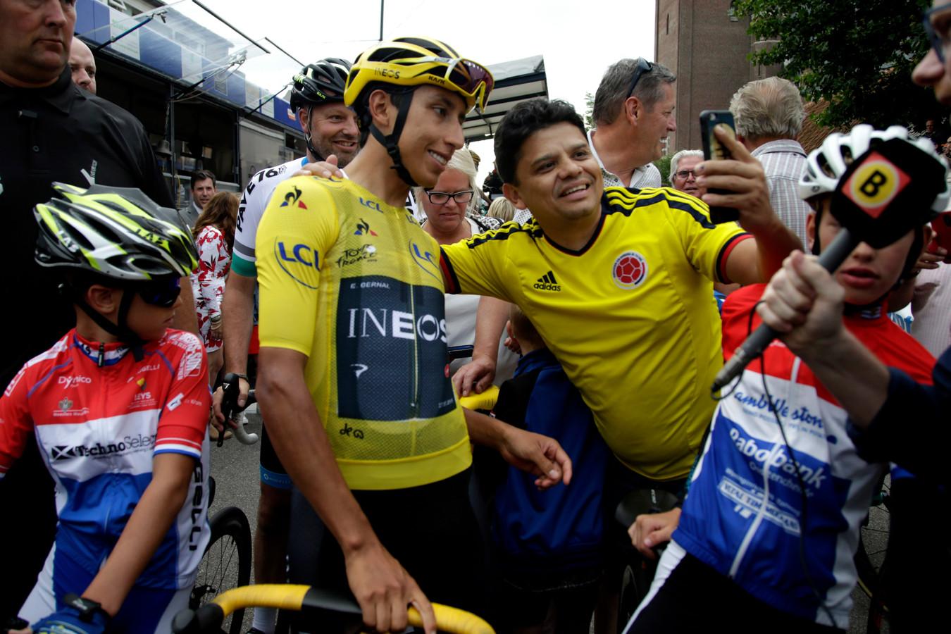 Vorig jaar kon iedereen in Chaam nog gewoon op de foto met Tourwinnaar Egan Bernal.