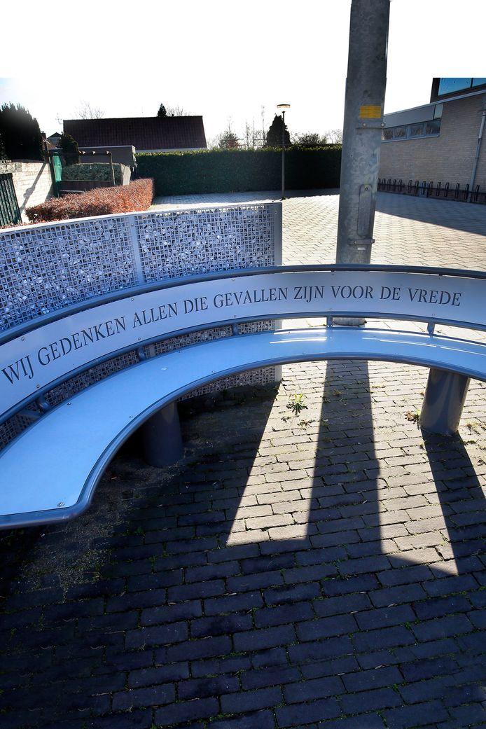 De plek waar de slachtoffers van de Tweede Wereldoorlog op 4 mei worden herdacht. Sinds 2019 staat daar niet alleen een vlaggenmast maar ook een bankje.