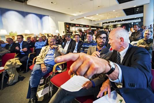 De Delftse hoogleraar Hennes de Ridder, die eerder zelf een voorstel indiende voor een verbouwde Kuip, vond dat er te weinig samenhang is tussen alle plannen in Rotterdam-Zuid. 'Er zit geen nietje door'.
