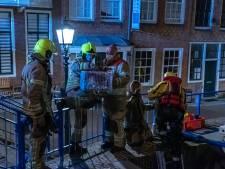 Kat valt in het water in Maassluis, brandweerman redt dier van sluisdeur