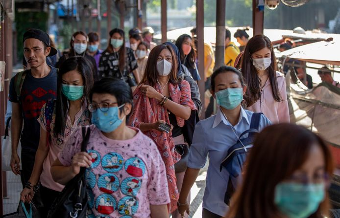 Mensen in Thailand dragen mondkapjes vanwege coronavirus