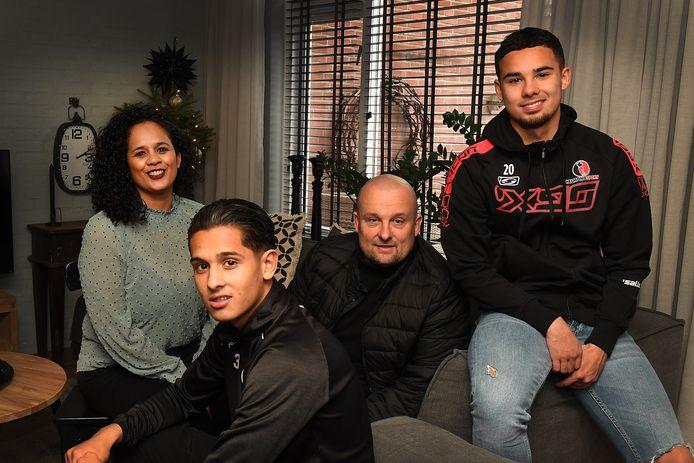 De voetbalfamilie Roeffen, vanaf links: Melanie, Jamy, Luciën en Joël Roeffen.