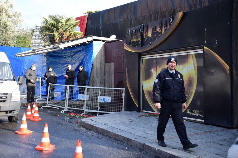 Politiemannen voor nachtclub Reina, waar zaterdagnacht een bloedige aanslag plaatsvond. Beeld AFP