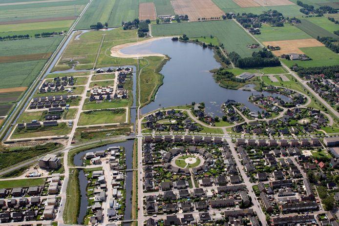 Kotermeerstal in Dedemsvaart in vogelvlucht, ruim tien jaar geleden. Door het midden loopt horizontaal de Mien Ruyslaan, die rechts kruist met de Nieuwewijk. Bovenaan loopt horizontaal schuin naar boven de Oostwijk. In de hoek van de Nieuwewijk en Oostwijk willen de Dedemsvaartse voetbalclubs en korfbalvereniging een nieuw sportpark realiseren.