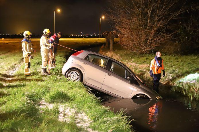 Auto deels te water in Schipluiden.