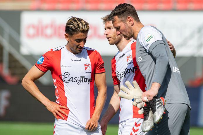 De spelers van FC Emmen zitten vanmiddag tussen hoop en vrees.