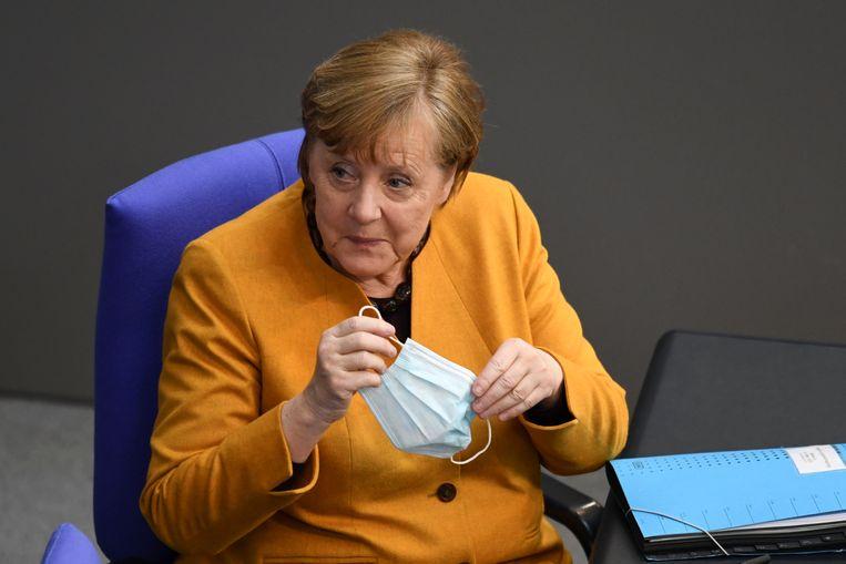 De Duitse bondskanselier Angela Merkel zit in het Duitse parlement voordat zij verhoord wordt over haar besluit de geplande 'paaslockdown' te schrappen. Beeld Reuters