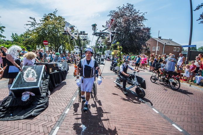 De Grote Allegorische Optocht in Goor. Het sluitstuk van de School-en Volksfeesten gaat als gevolg van de maatregelen ook niet door.