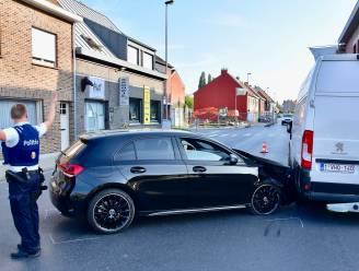 Jongeman moet uitwijken en botst tegen geparkeerde bestelwagen