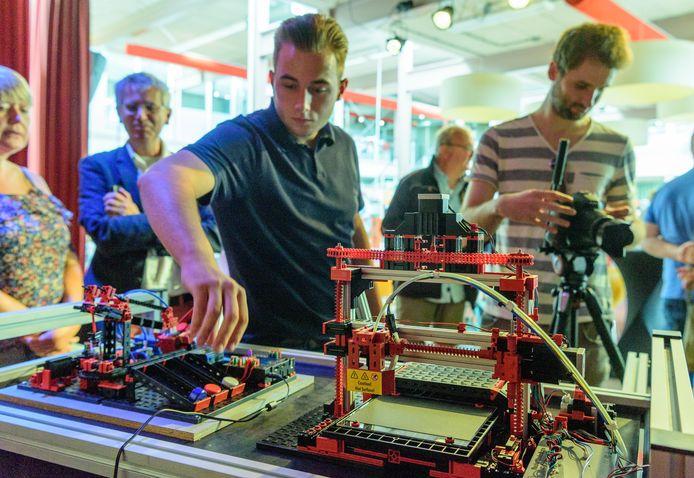 Presentatie van de robotkar in de bibliotheek in Nijkerk.